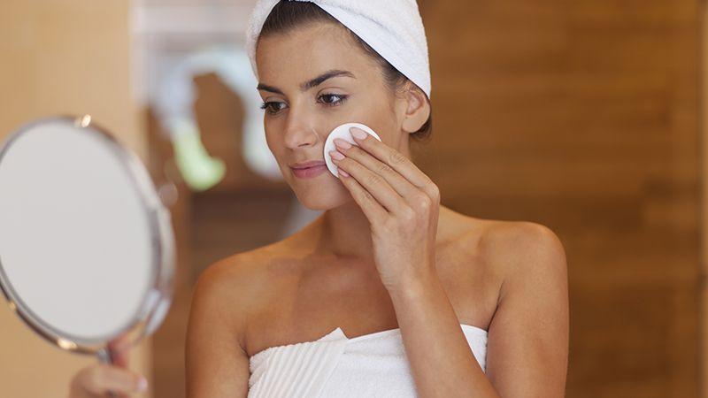 Cara membersihkan wajah berminyak - Menggosok muka