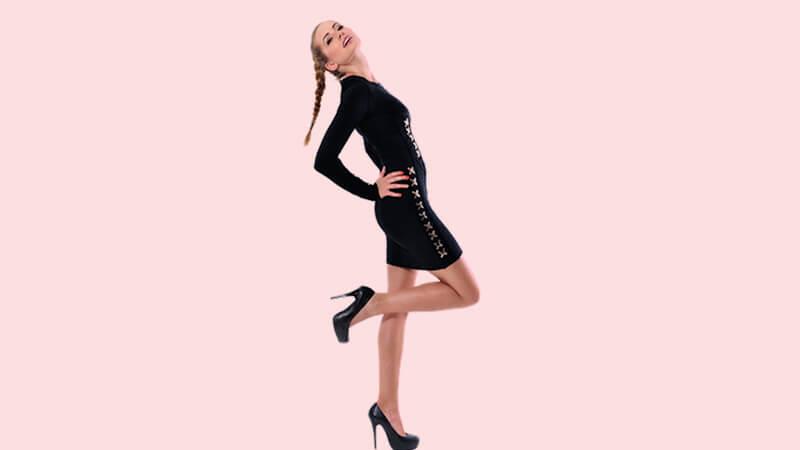 Model sepatu hak tinggi - Model sedang berdiri